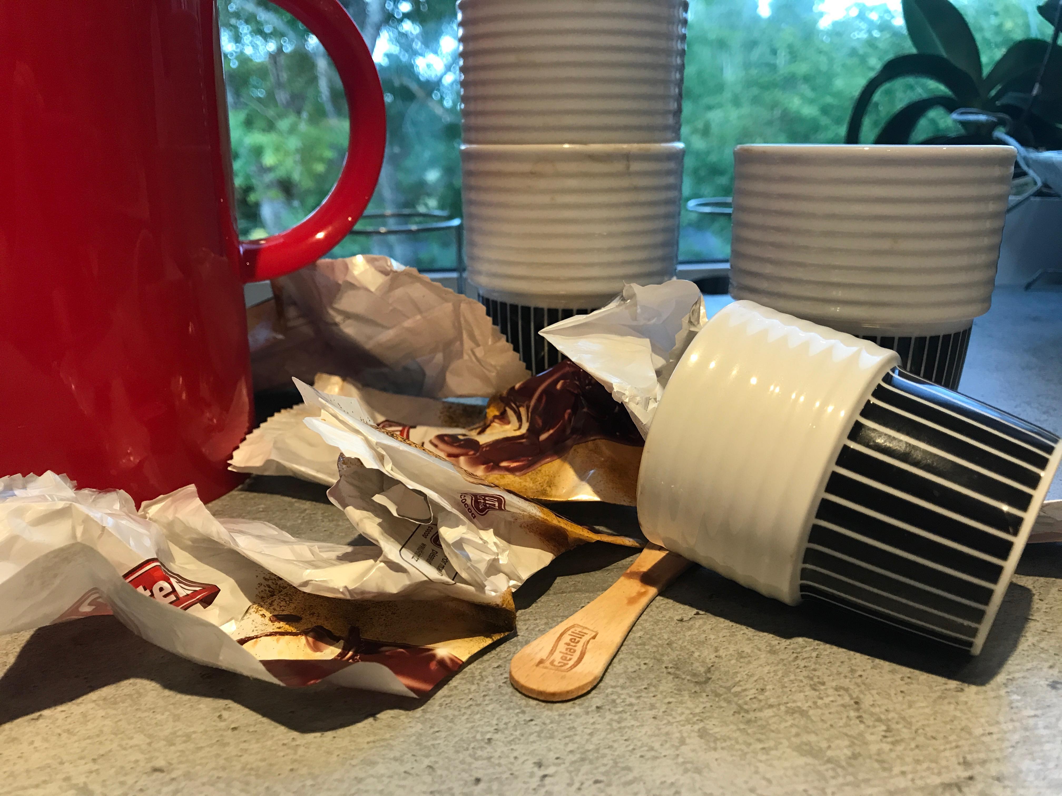 glasspapper, kaffekanna och muggar